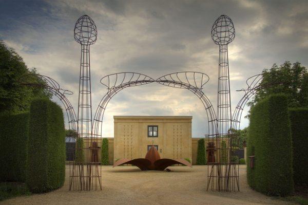 Adelheid & Huub Kortekaas, De Tempelhof, gevel voorplein met Kiemplantjes